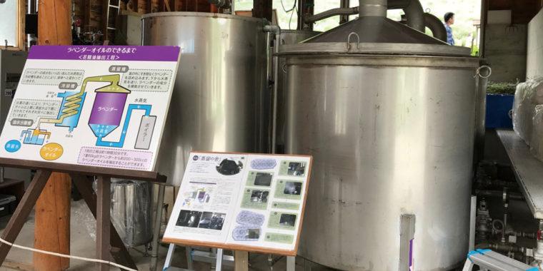 収穫したラベンダーを水蒸気蒸留する装置