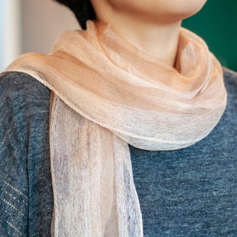 草木染めした絹のスカーフ